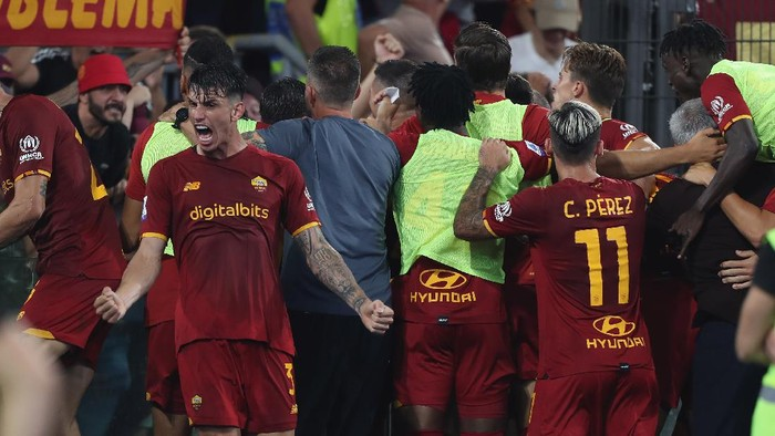 ROME, ITALY - SEPTEMBER 12:  Roger Ibanez with his teammates of AS Roma celebrate after the goal scored by Stephan El Shaarawy during the Serie A match between AS Roma and US Sassuolo at Stadio Olimpico on September 12, 2021 in Rome, Italy  (Photo by Paolo Bruno/Getty Images)