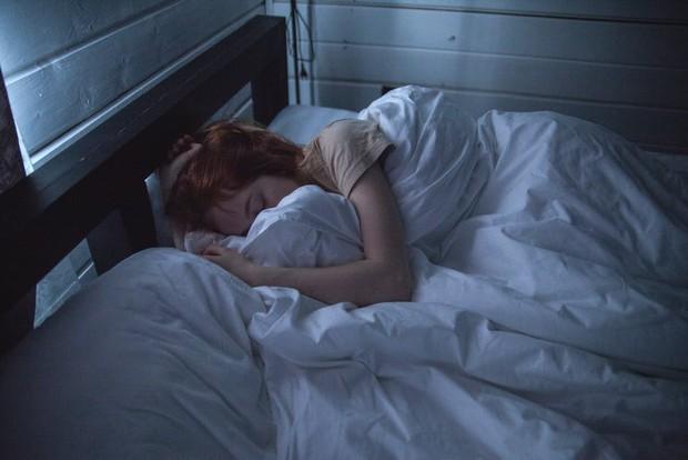 Bahaya rambut terikat saat tidur. Bisa timbulkan Kebotakan?/Foto: pexels.com/Ivan Oboleninov