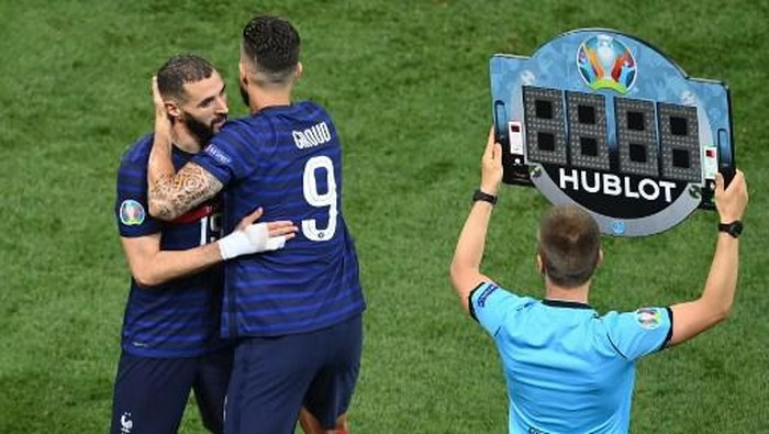 Frances forward Olivier Giroud comes on to replace Frances forward Karim Benzema during the UEFA EURO 2020 round of 16 football match between France and Switzerland at the National Arena in Bucharest on June 28, 2021. (Photo by Daniel MIHAILESCU / POOL / AFP)