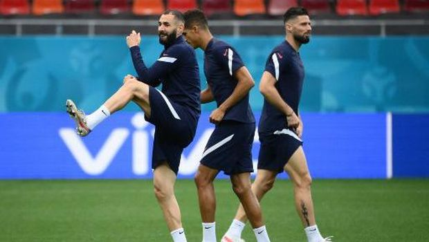 France's forward Karim Benzema (L) and France's forward Olivier Giroud (R) take part in their MD-1 training session at the National Arena in Bucharest on June 27, 2021, on the eve of their UEFA EURO 2020 round of 16 football match against Switzerland. (Photo by FRANCK FIFE / AFP)