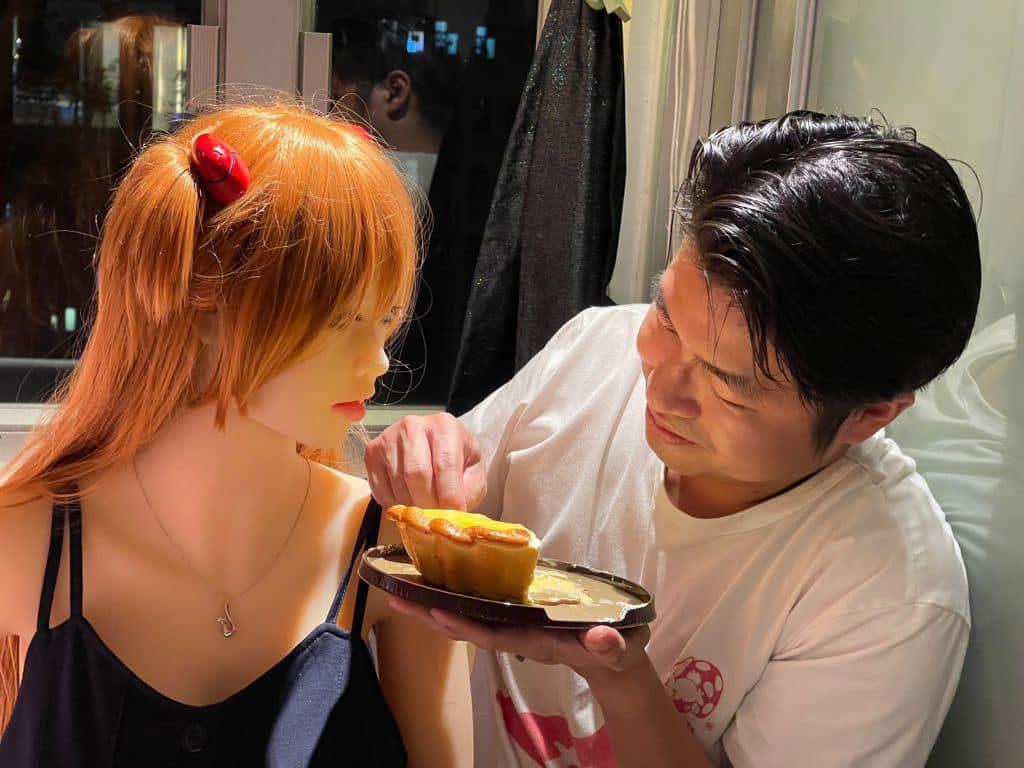 Momen Pria Hong Kong Rayakan Ultah Bareng Boneka Seks yang Hendak Dinikahinya