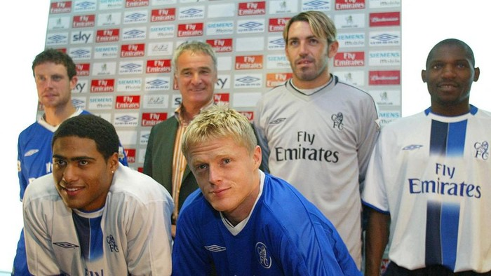Chelsea Football Club manager Claudio Rainieri (Back 2nd L) stands with his newest players Glen Johnson ( Front L), Damien Duff (Front R), Wayne Bridge (Back L), Marco Ambrosio ( Back 2nd R), and Geremi ( Back R), 01 August 2003, at Stamford Bridge Arena in London.       AFP PHOTO /Jim WATSON (Photo by JIM WATSON / AFP)