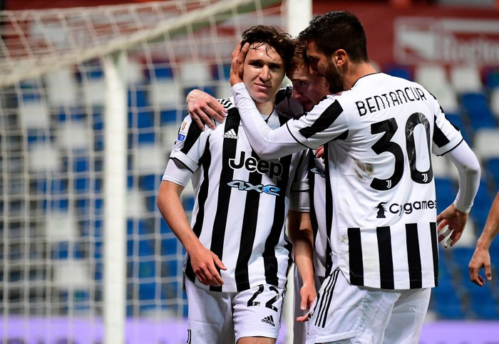 REGGIO NELLEMILIA, ITALY - MAY 19: Federico Chiesa of Juventus celebrates with his team mates after scoring his sides second goal during the TIMVISION Cup Final between Atalanta BC and Juventus on May 19, 2021 in Reggio nellEmilia, Italy. A limited number of fans will be allowed into the stadium as Coronavirus restrictions begin to ease in the UK. (Photo by Marco Rosi/Getty Images for Lega Serie A)