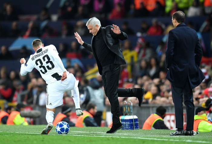 MANCHESTER, ENGLAND - OCTOBER 23:  Jose Mourinho, Manager of Manchester United moves back as Federico Bernardeschi of Juventus runs with the ball towards him during the Group H match of the UEFA Champions League between Manchester United and Juventus at Old Trafford on October 23, 2018 in Manchester, United Kingdom.  (Photo by Michael Regan/Getty Images)
