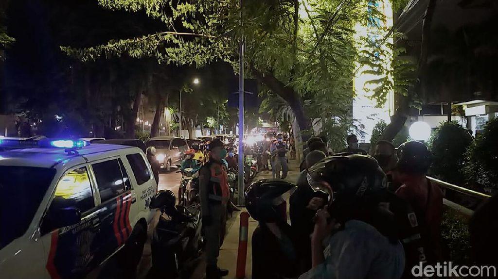 Membludak! Antrean BSU di Surabaya Dibubarkan