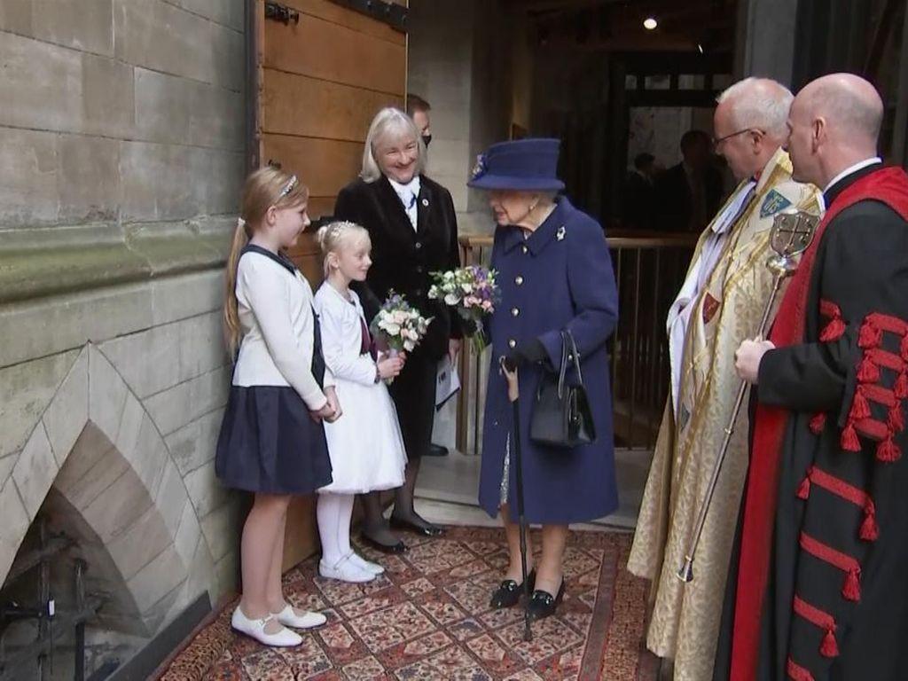 Kali Pertama Ratu Elizabeth II Pakai Tongkat Jalan di Acara Publik