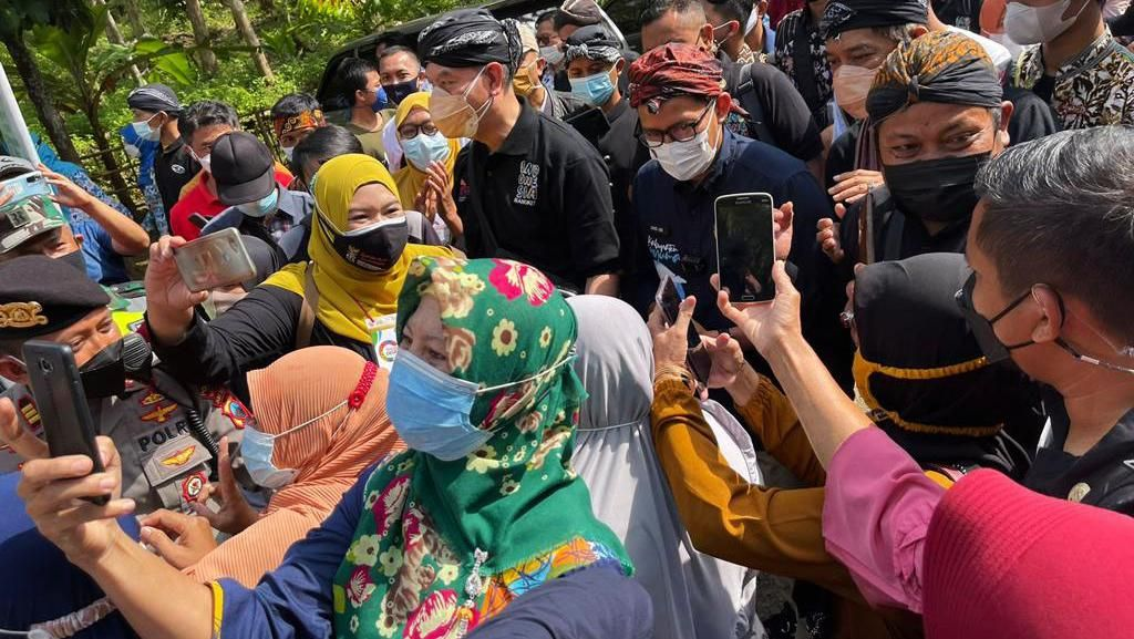 Momen Sandiaga Disambut Meriah Warga Desa Wisata Cikakak