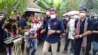 Beri  Alat Batik, Sandiaga Harap Ekonomi Berkelanjutan di Desa Wisata Banyumas