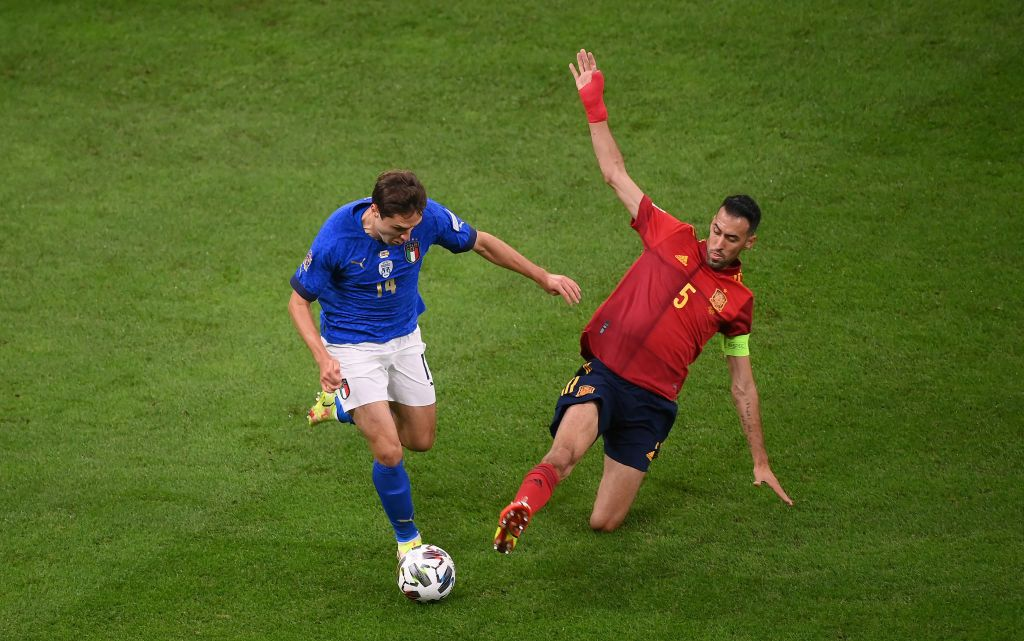 MILAN, ITALY - OCTOBER 06: Federico Chiesa of Italy is challenged by Sergio Busquets of Spain during the UEFA Nations League 2021 Semi-final match between Italy and Spain at San Siro Stadium on October 06, 2021 in Milan, Italy. (Photo by Marco Bertorello - Pool/Getty Images)