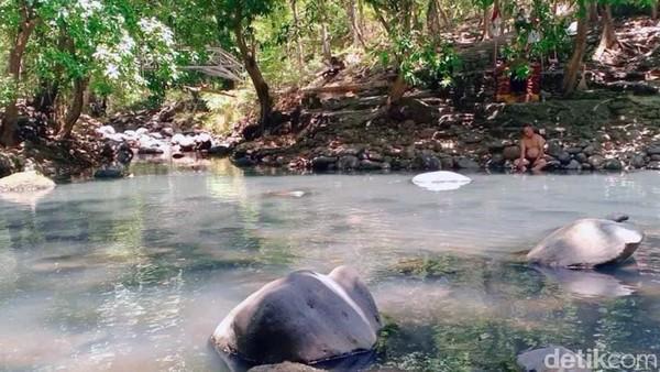 Pengunjung biasanya akan mandi di sini. Sebelum mandi menyalakan dupa dan menaburkan bunga di sebuah tempat tepi sungai.