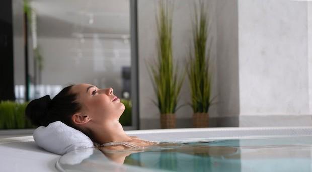 Alih-alih picu paru-paru basah, mandi malam hari justru dapat menurunkan tekanan darah/Foto: pexels.com/Sergey Torbik