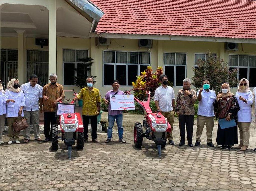 Andre Rosiade Serahkan 5 Traktor Tangan untuk Kelompok Tani di Sumbar