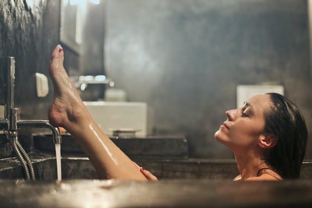 Bukan kebiasaan buruk, mandi malam justru memiliki banyak manfaat/Foto: pexels.com/Andrea Piacquadio