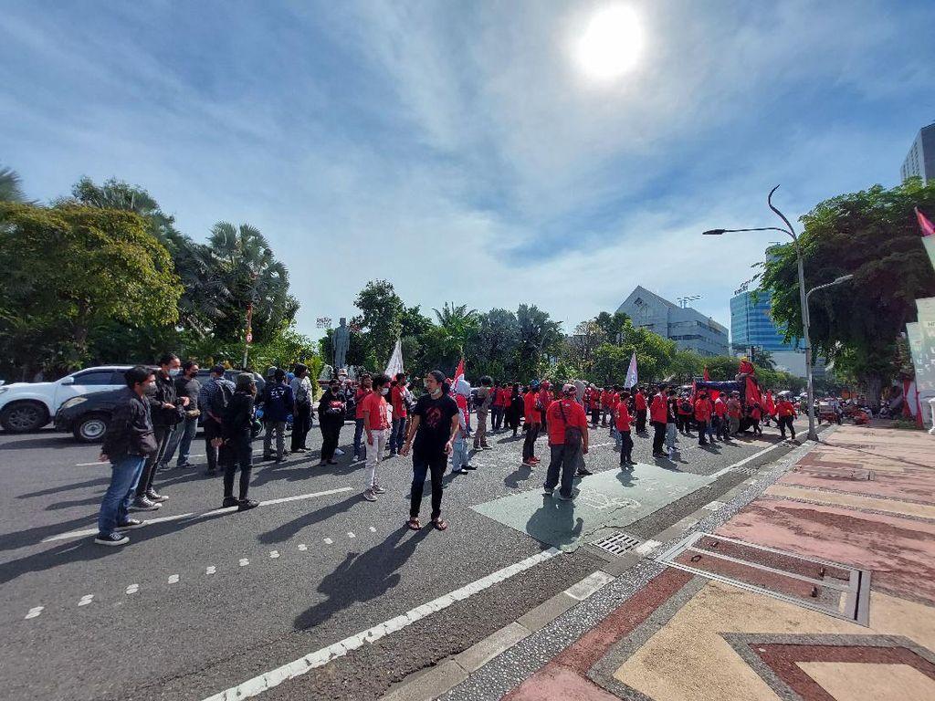 Demo Mahasiswa-Buruh di Depan Grahadi Sempat Bikin Lalin Tersendat