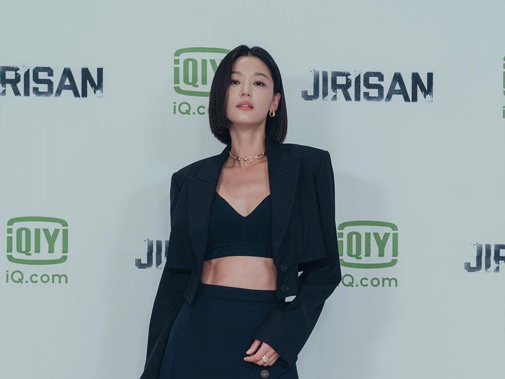 8 Potret Jun Ji Hyun Pamer Perut Rata, Netizen Sebut Tak Menua Bak Vampir