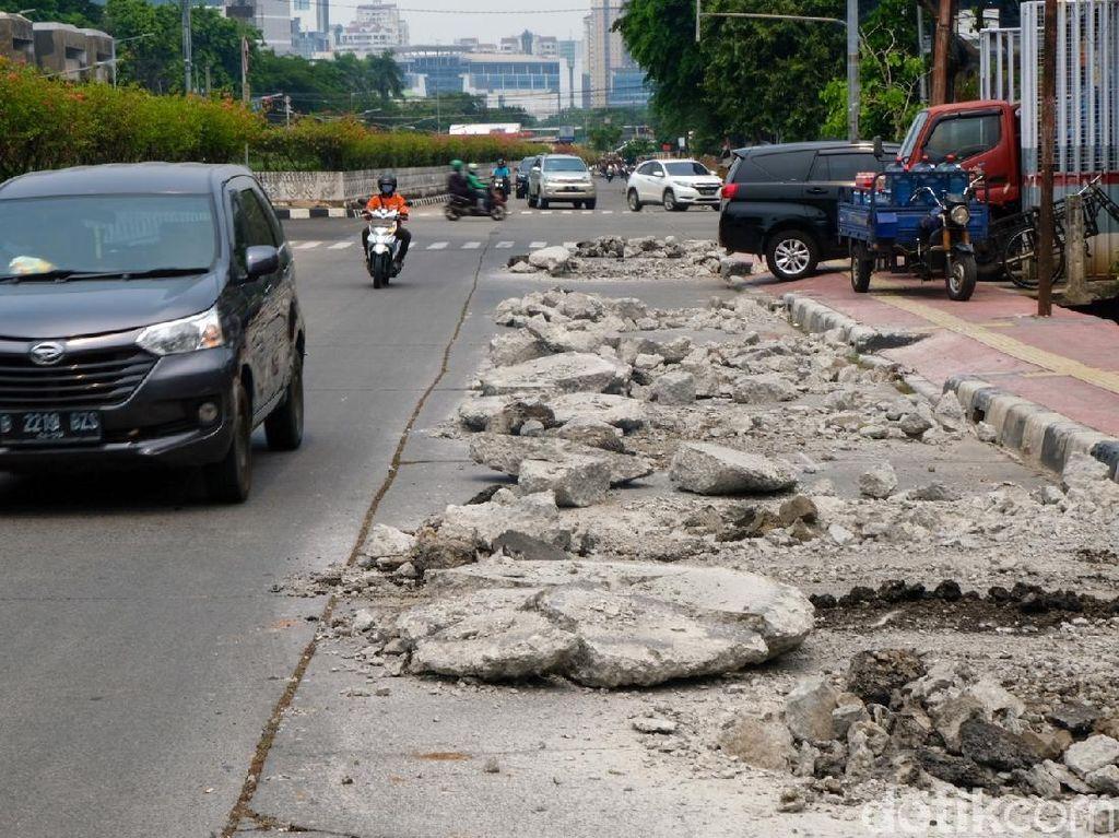 Pelan-pelan, Ada Proyek Sumur Resapan di Jalan Angkasa Kemayoran