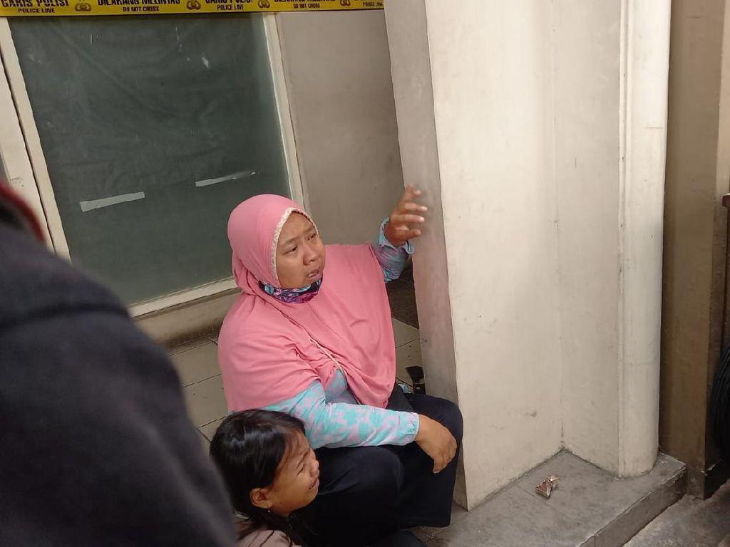 Ibu Ini Menangis, Anaknya Pekerja Pinjol Tangerang Dibawa Polisi