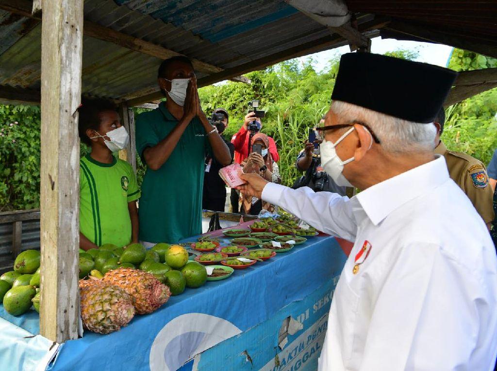 Momen Maruf Sapa Pedagang-Beri Uang Segepok di Pinggir Jalan Papua Barat