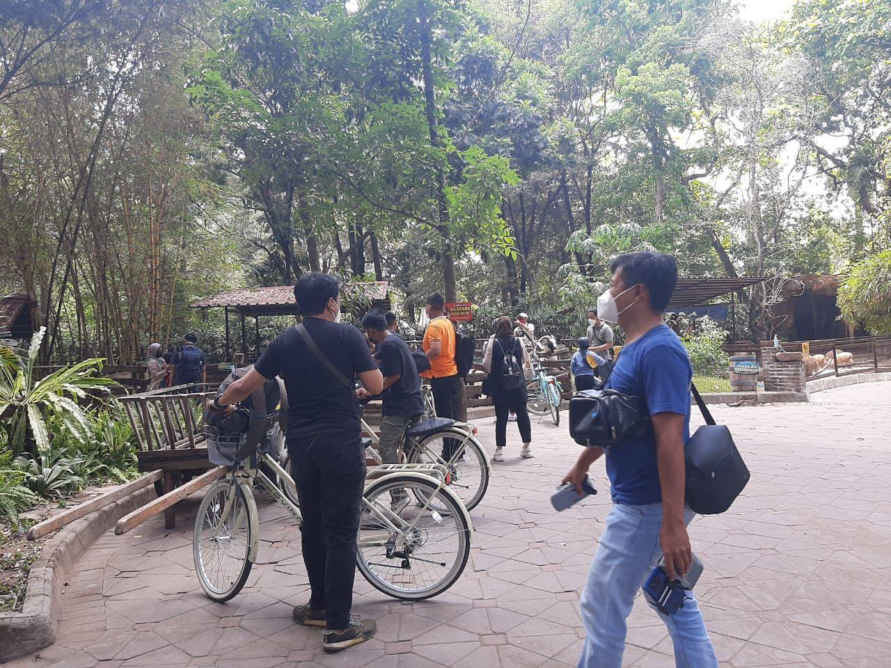 Pengunjung saat bersepeda di GL Zoo Yogyakarta