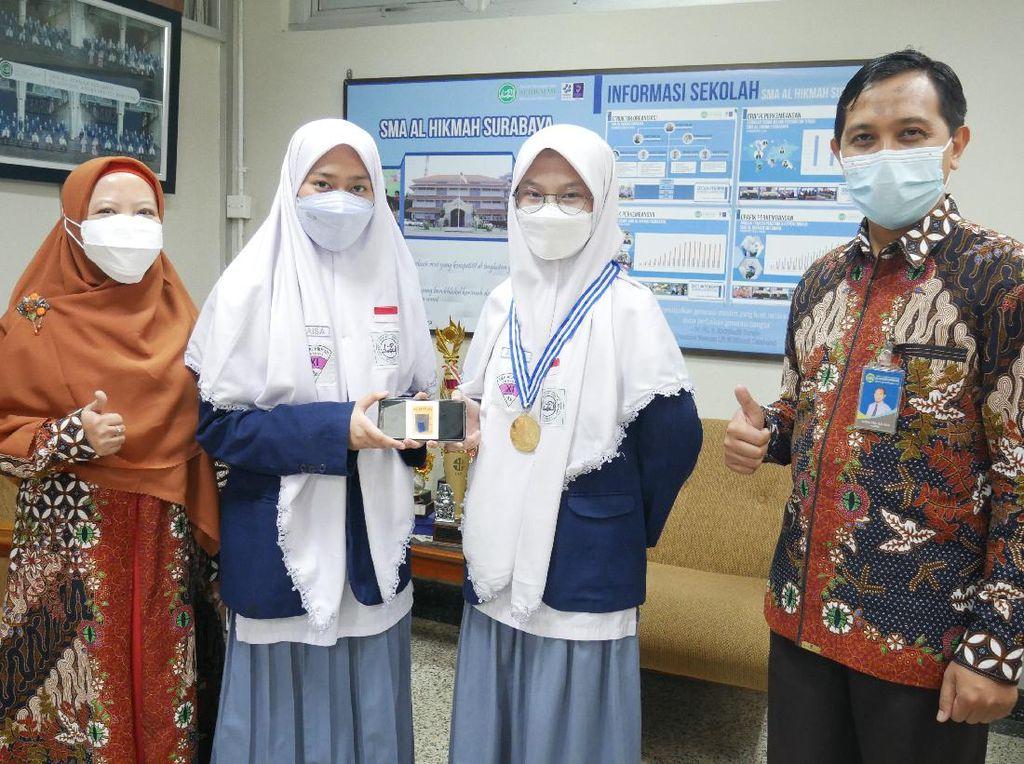Berkat Boba Pembasmi Nyamuk, 2 Siswa SMA Surabaya Raih Medali Emas Internasional