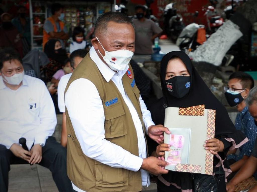 BNPB Bagikan 1.000 Masker ke Pelaku UMKM dan PKL di Kota Mataram