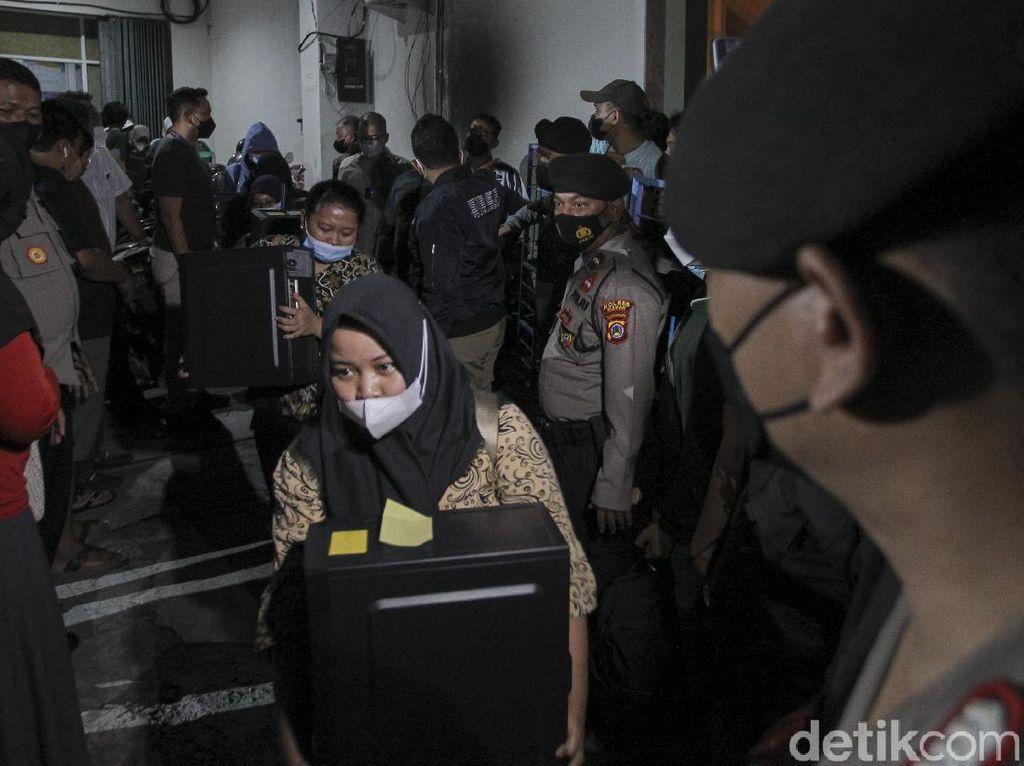 Gaji Karyawan Pinjol Ilegal Terungkap Usai Kantornya Digerebek Polisi
