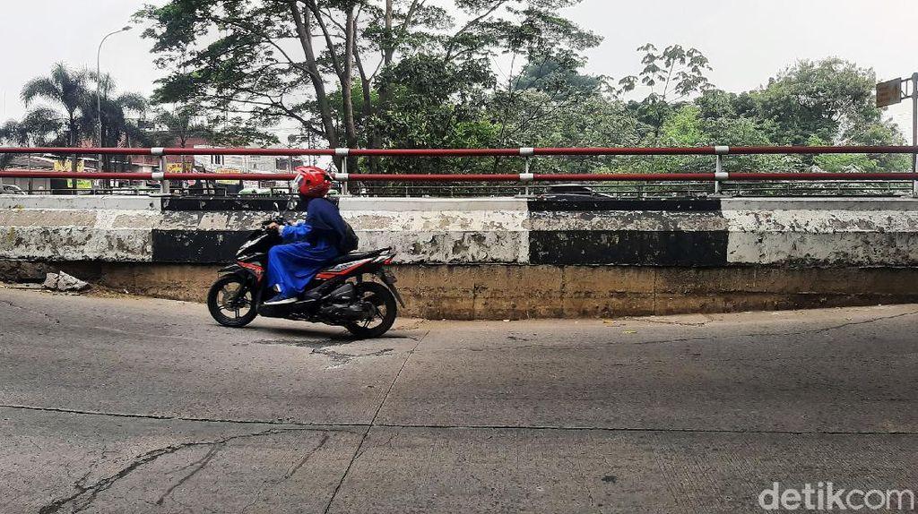 Hati-hati! Jalan Sholeh Iskandar Kota Bogor Amblas