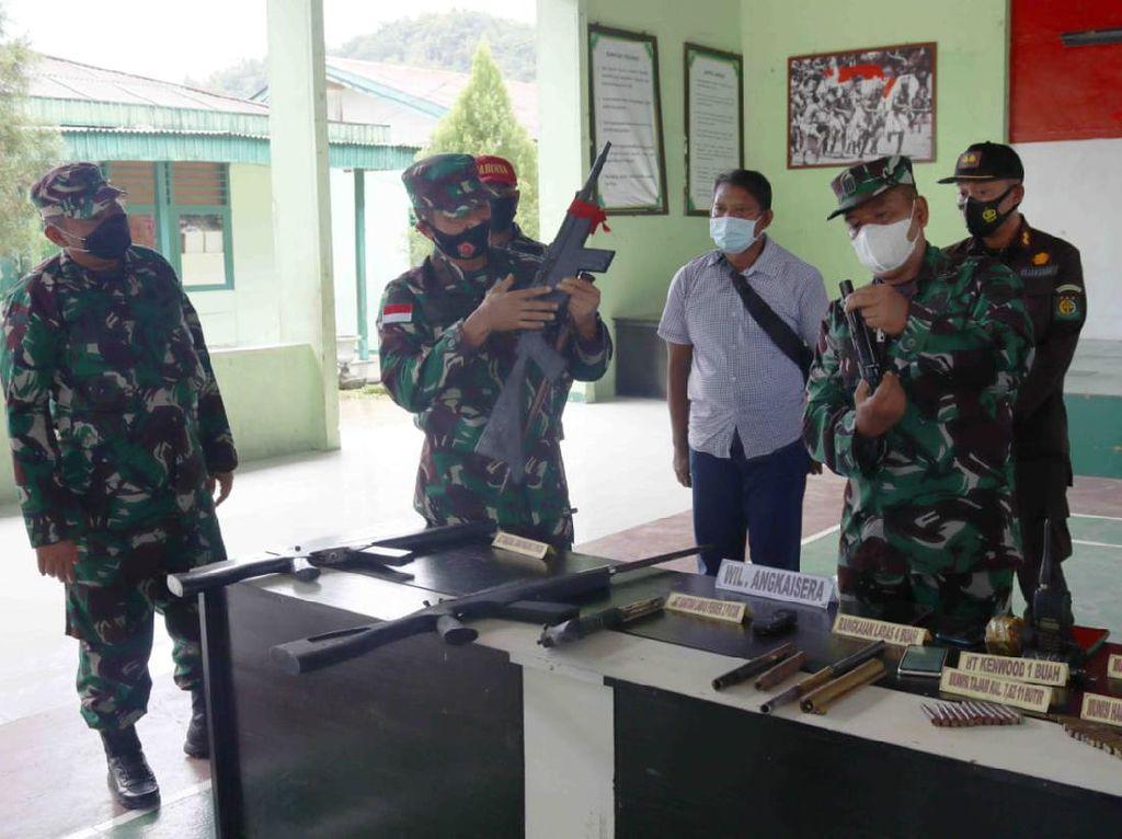 Terpukau Pembangunan Papua-Pembukaan PON, KKB Serahkan 6 Senpi ke TNI