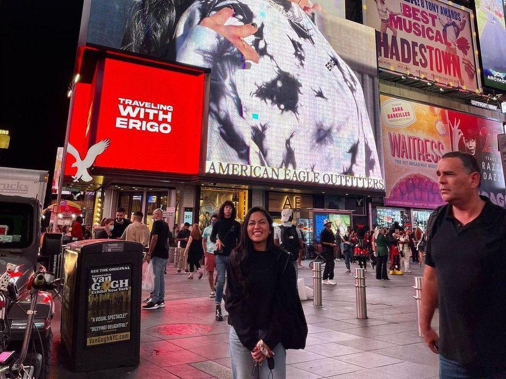 Momen Liburan Rachel Vennya di Amerika dari Times Square sampai Disneyland