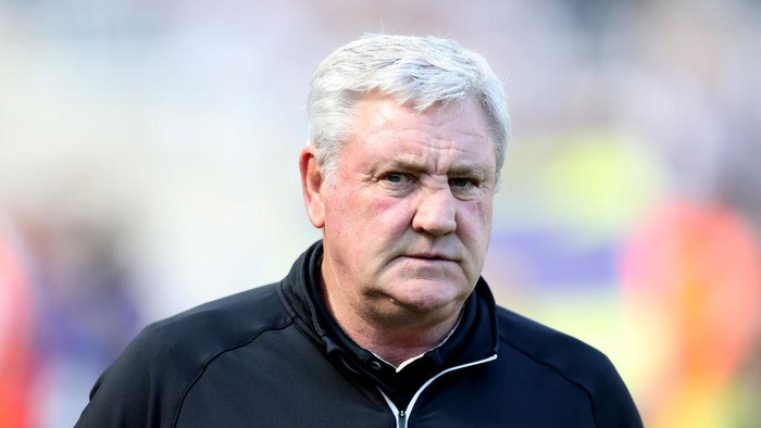 NEWCASTLE UPON TYNE, ENGLAND - AUGUST 28: Steve Bruce, Manager of Newcastle United looks on  during the Premier League match between Newcastle United  and  Southampton at St. James Park on August 28, 2021 in Newcastle upon Tyne, England. (Photo by George Wood/Getty Images)