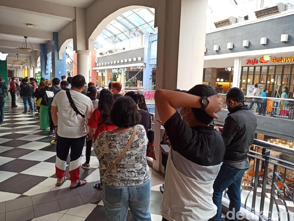 Netizen Soroti Kerumunan Antrean Subway: Kemarin McD Ditutup!