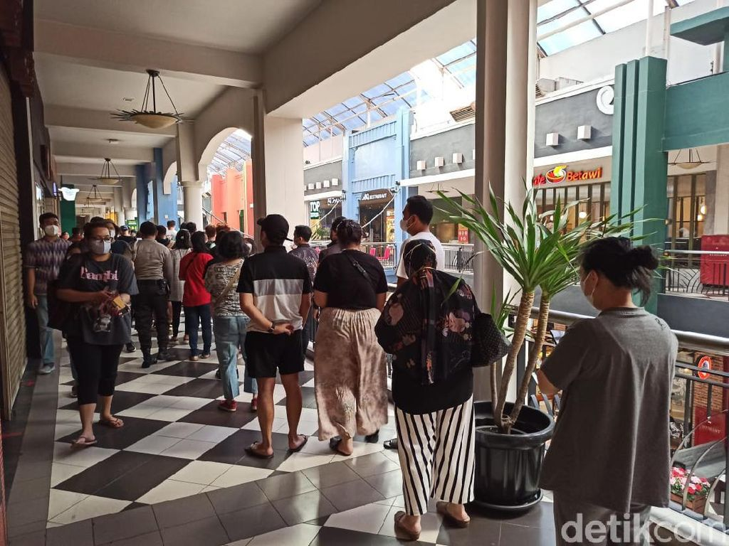 Baru Dibuka Jam 12 Siang, Antrean Subway di Citos Mengular dari Pagi