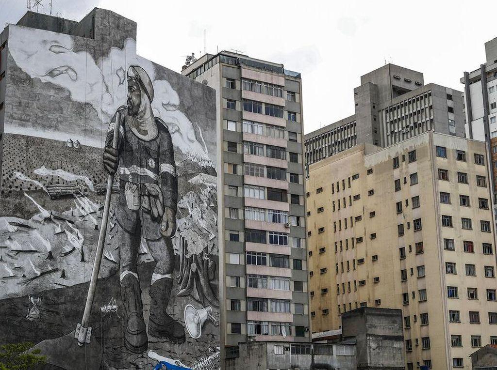 Aktivis Lingkungan Bikin Mural Raksasa dari Abu Kebakaran Hutan