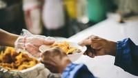 Begini Keutamaan Mentraktir Makan Orang Lain dalam Islam