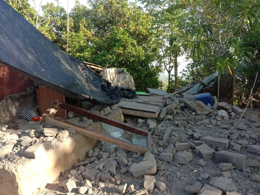 Detik-detik Evakuasi Korban Tertimbun Reruntuhan Gempa M 4,8 di Bali