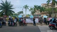 Karyawan Hotel Anyer Demo Tuntut Kejelasan Gaji-Pesangon