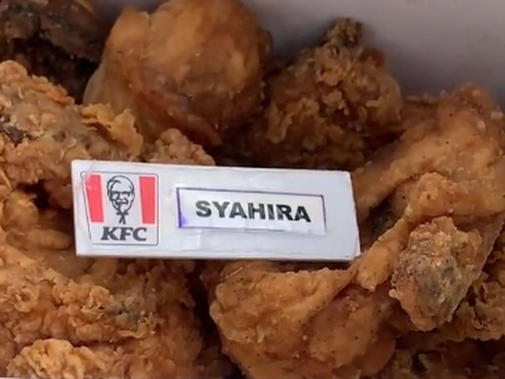 Kocak! Netizen Ini Beli Satu Paket Ayam KFC Bonus Nametag Pegawai