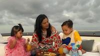 Potret Viens Tasman, Ibu Rachel Vennya Saat Hangout Bersama Cucu