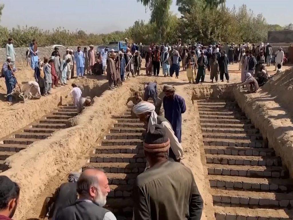 Penampakan Kuburan Massal 63 Korban Bom Masjid di Afghanistan