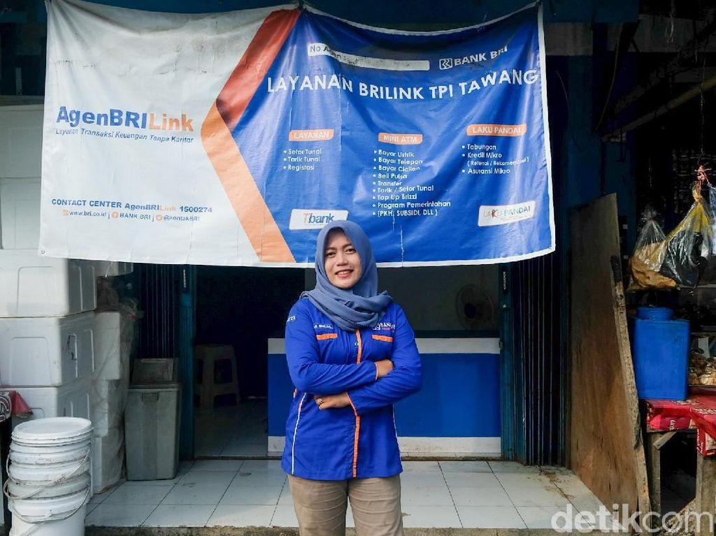 Sulitnya Perjuangan Agen Bank di Kendal, Seberangi Sungai Pakai Getek