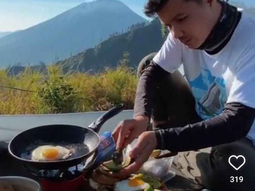 Bukan Mie Instan, Pria Ini Masak Steak dan Toast Saat Mendaki Gunung
