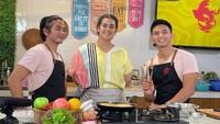 Ridho DA Saat Belajar Masak dan Bahagianya Makan Bareng Keluarga