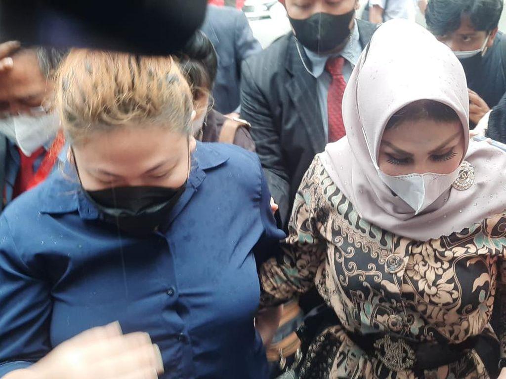 Jalani Pemeriksaan Lanjutan, Anak Nia Daniaty: Masih Sakit Ini