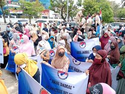 Warga Demo Tuntut Gubsu Atasi Banjir Rob di Medan Belawan