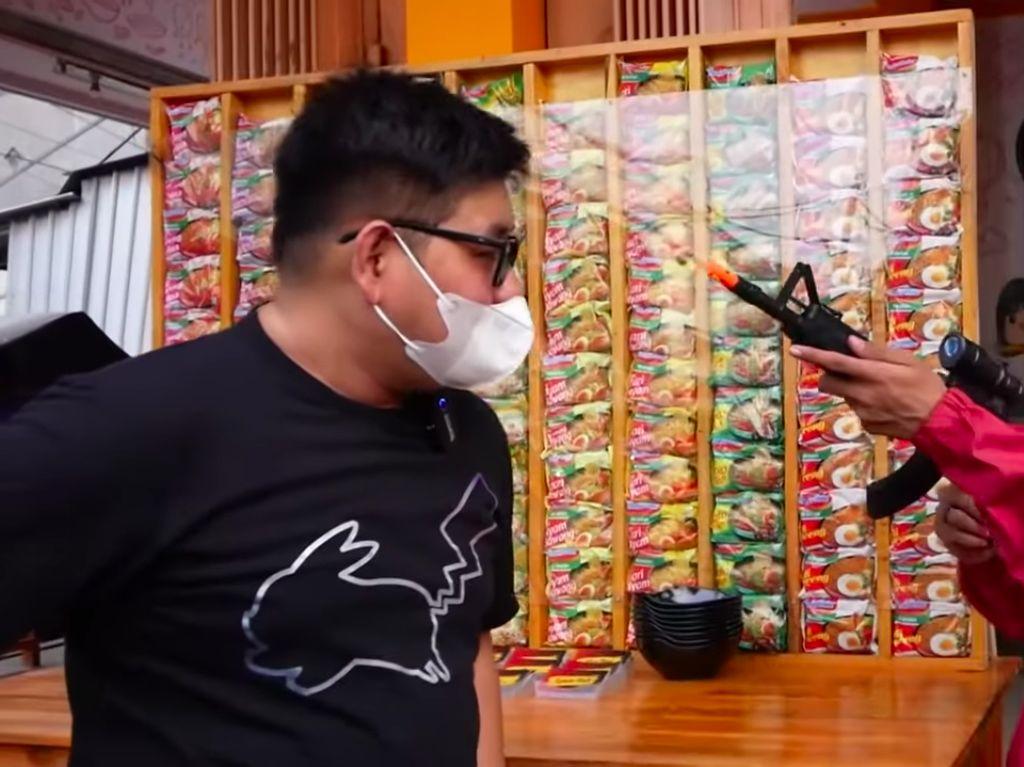 Makan di Warmindo Ini Dijaga oleh Pria Berkostum Pink seperti di Drakor Squid Game