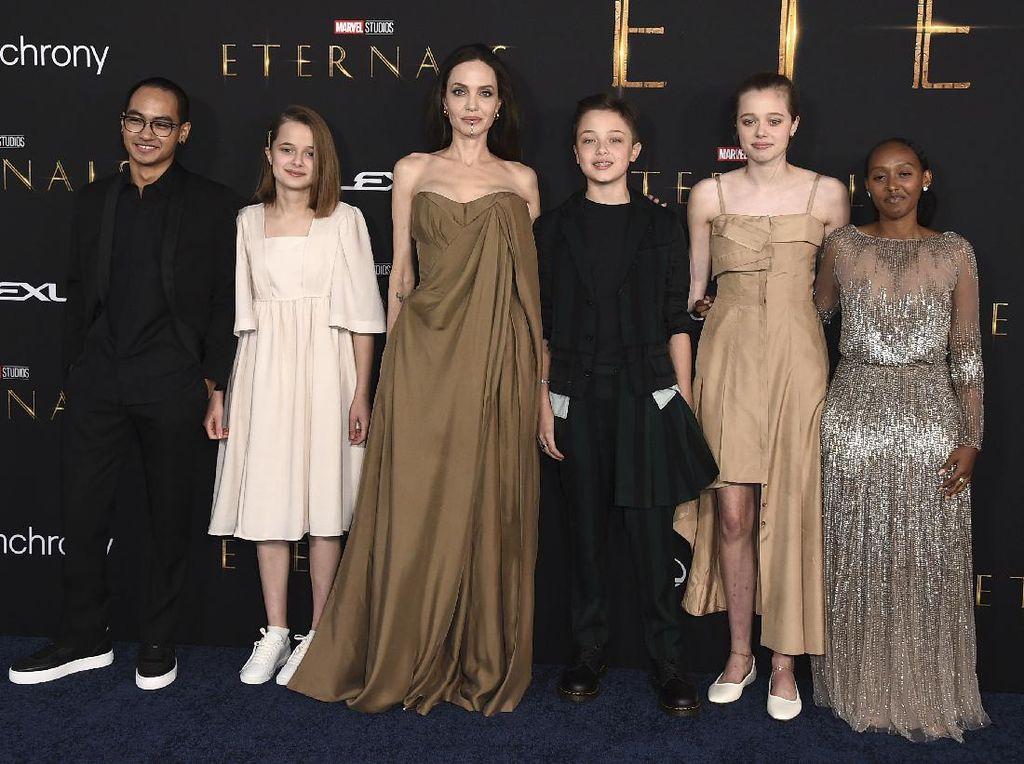 Most Pop: Gaya Zahara Jolie-Pitt Pakai Gaun Bekas Ibunya yang Jadi Sorotan