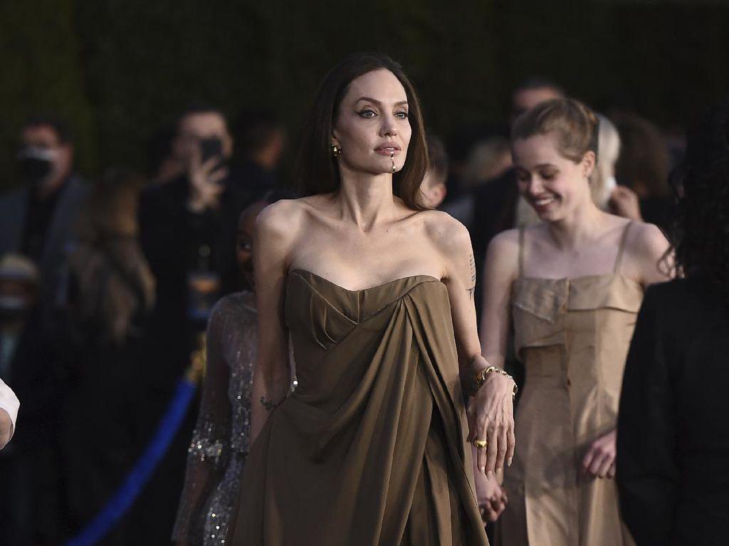 Angelina Jolie Dandani 2 Putrinya dengan Gaun Bekas untuk Premier Eternals
