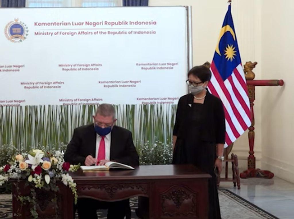 Bertemu Menlu Malaysia, Retno Marsudi Bahas Perlindungan WNI