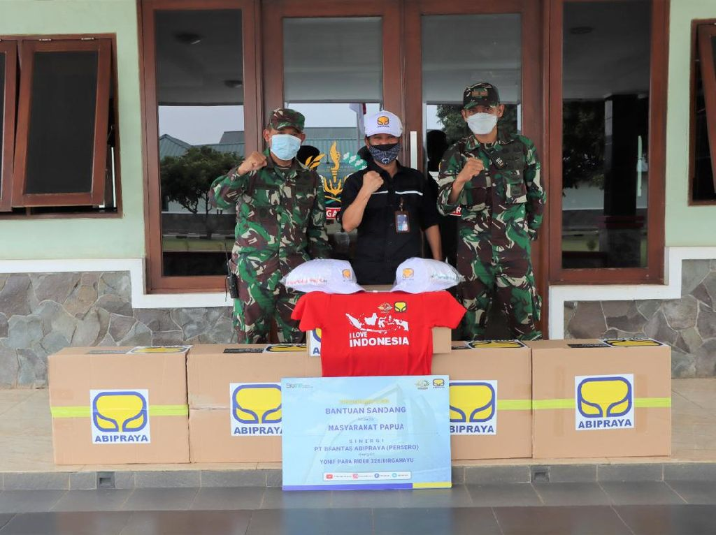 Brantas Abipraya Beri Bantuan 500 Pakaian untuk Masyarakat Papua
