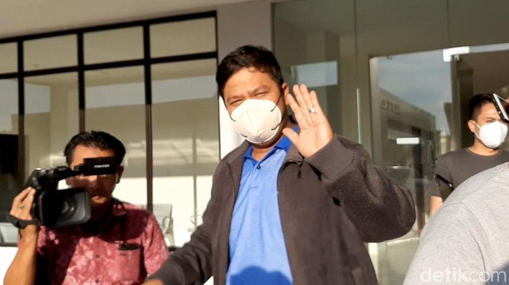 Potret Bupati Kuansing Lambai Tangan Sebelum Diterbangkan ke Gedung KPK
